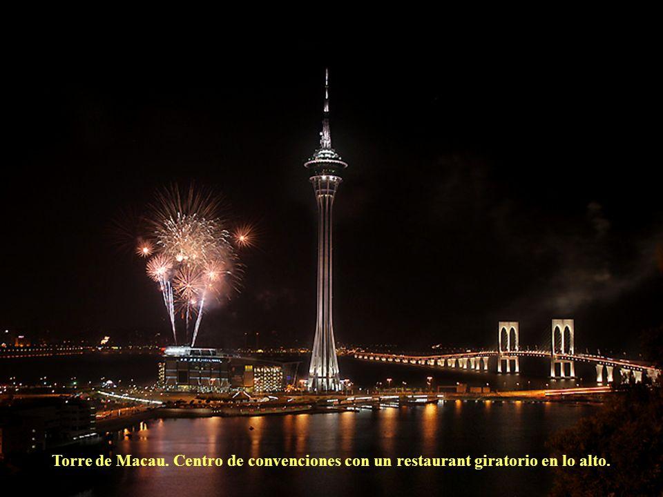 Torre de Macau. Centro de convenciones con un restaurant giratorio en lo alto.