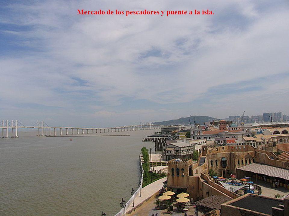 Mercado de los pescadores y puente a la isla.