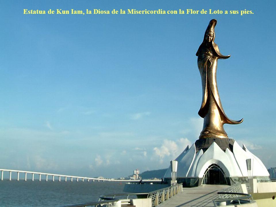 Estatua de Kun Iam, la Diosa de la Misericordia con la Flor de Loto a sus pies.