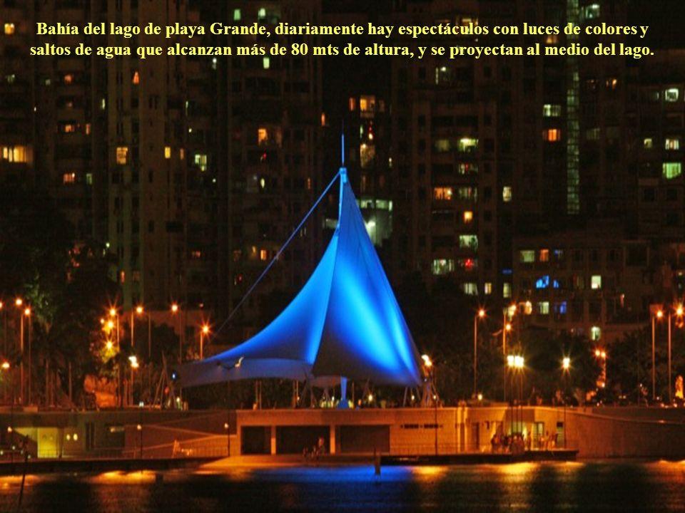 Bahía del lago de playa Grande, diariamente hay espectáculos con luces de colores y saltos de agua que alcanzan más de 80 mts de altura, y se proyectan al medio del lago.