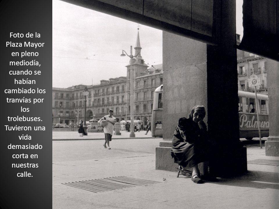 Foto de la Plaza Mayor en pleno mediodía, cuando se habían cambiado los tranvías por los trolebuses.