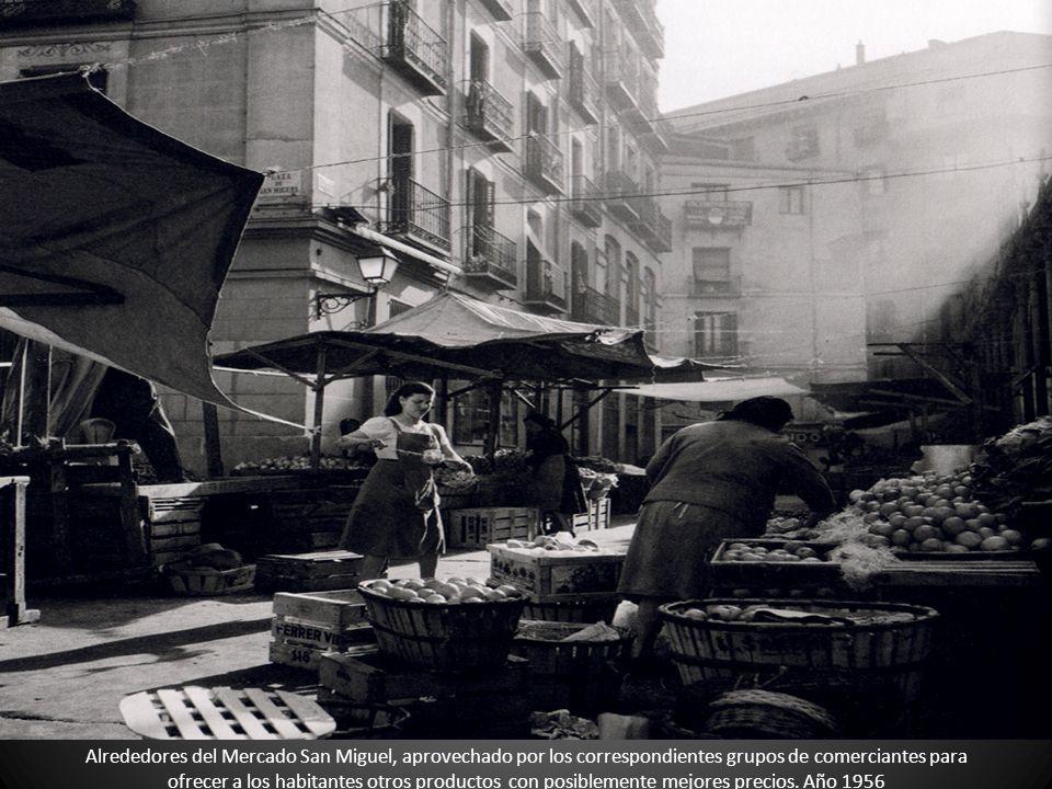 Alrededores del Mercado San Miguel, aprovechado por los correspondientes grupos de comerciantes para ofrecer a los habitantes otros productos con posiblemente mejores precios.