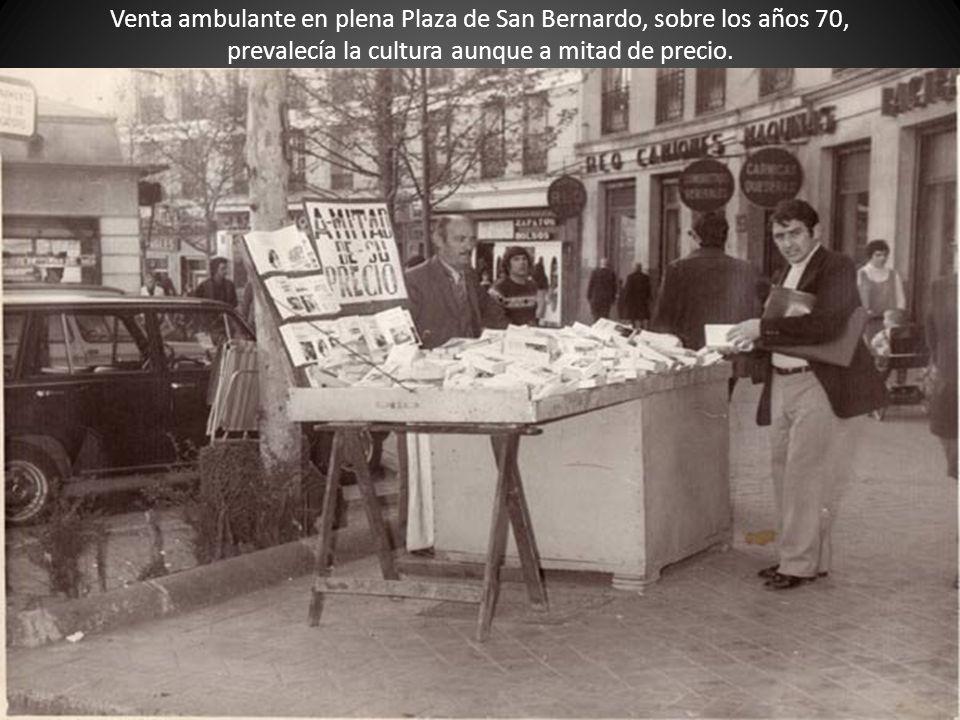 Venta ambulante en plena Plaza de San Bernardo, sobre los años 70, prevalecía la cultura aunque a mitad de precio.