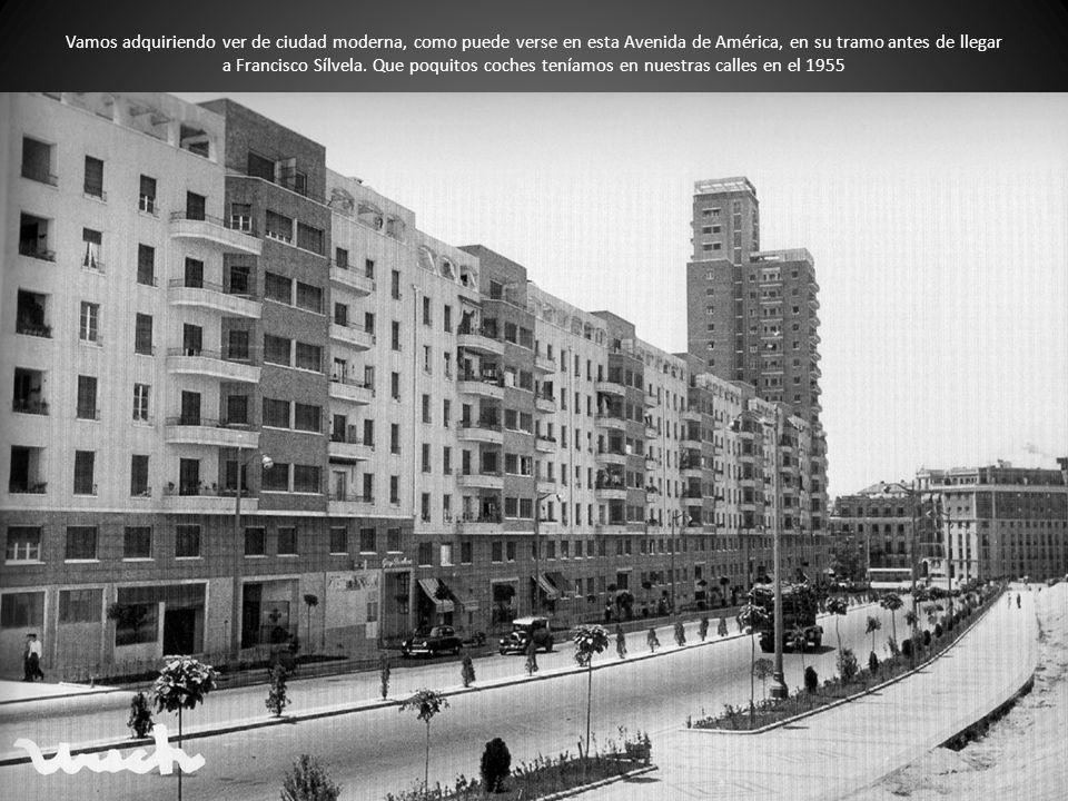 Vamos adquiriendo ver de ciudad moderna, como puede verse en esta Avenida de América, en su tramo antes de llegar a Francisco Sílvela.