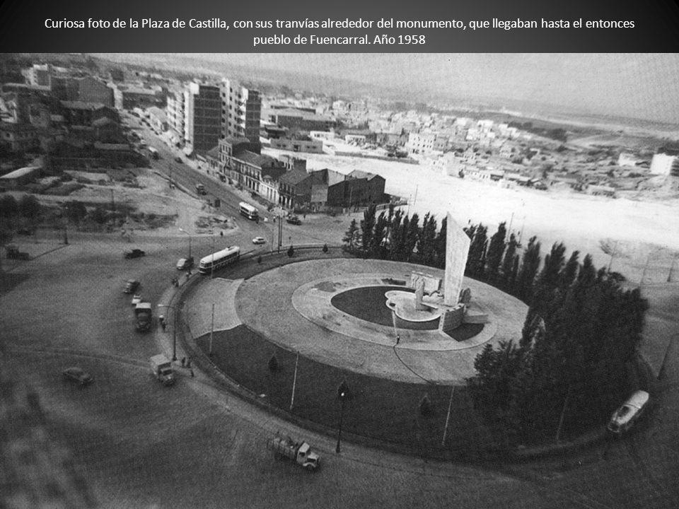 Curiosa foto de la Plaza de Castilla, con sus tranvías alrededor del monumento, que llegaban hasta el entonces pueblo de Fuencarral.