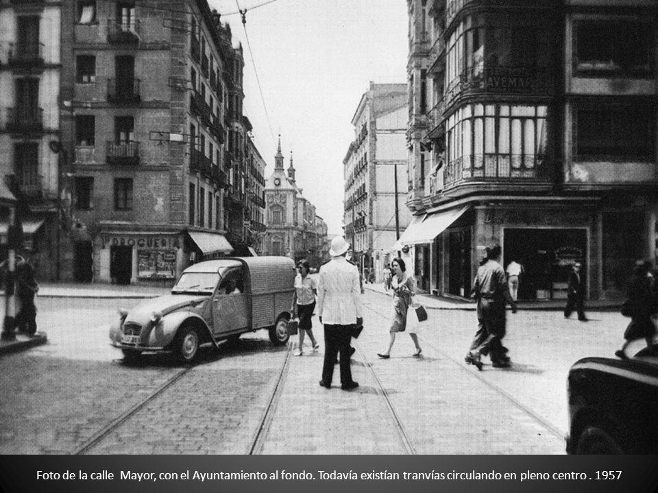 Foto de la calle Mayor, con el Ayuntamiento al fondo