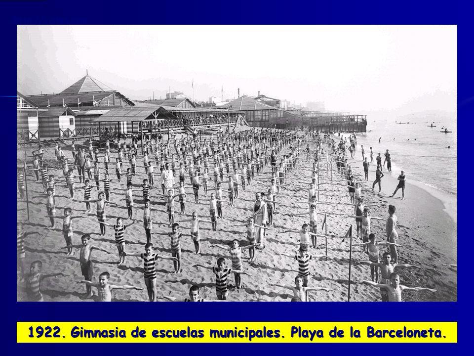 1922. Gimnasia de escuelas municipales. Playa de la Barceloneta.