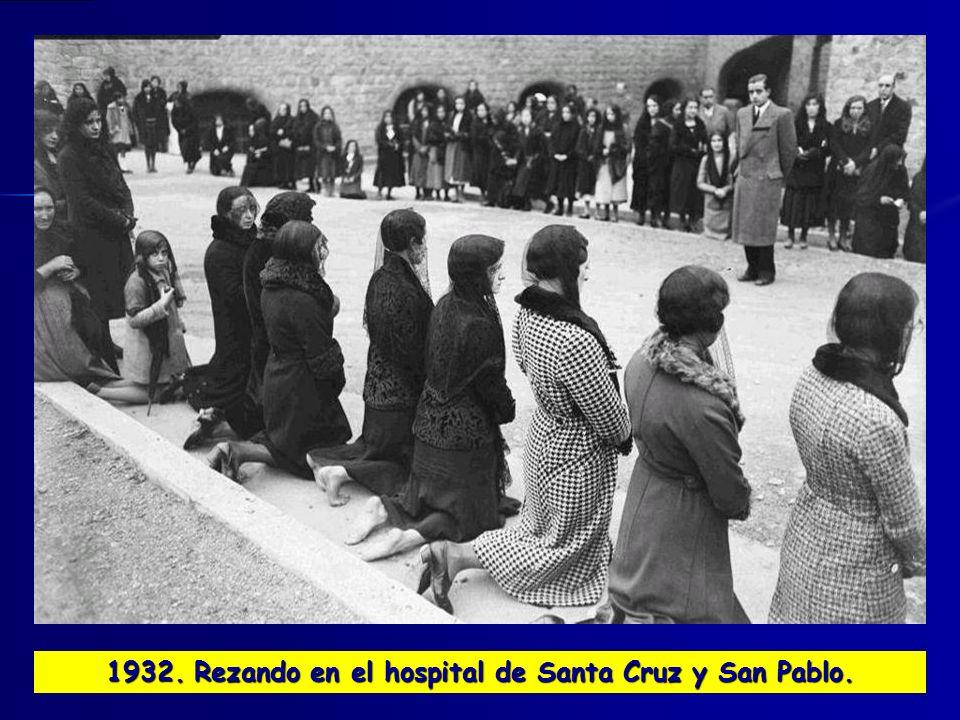1932. Rezando en el hospital de Santa Cruz y San Pablo.