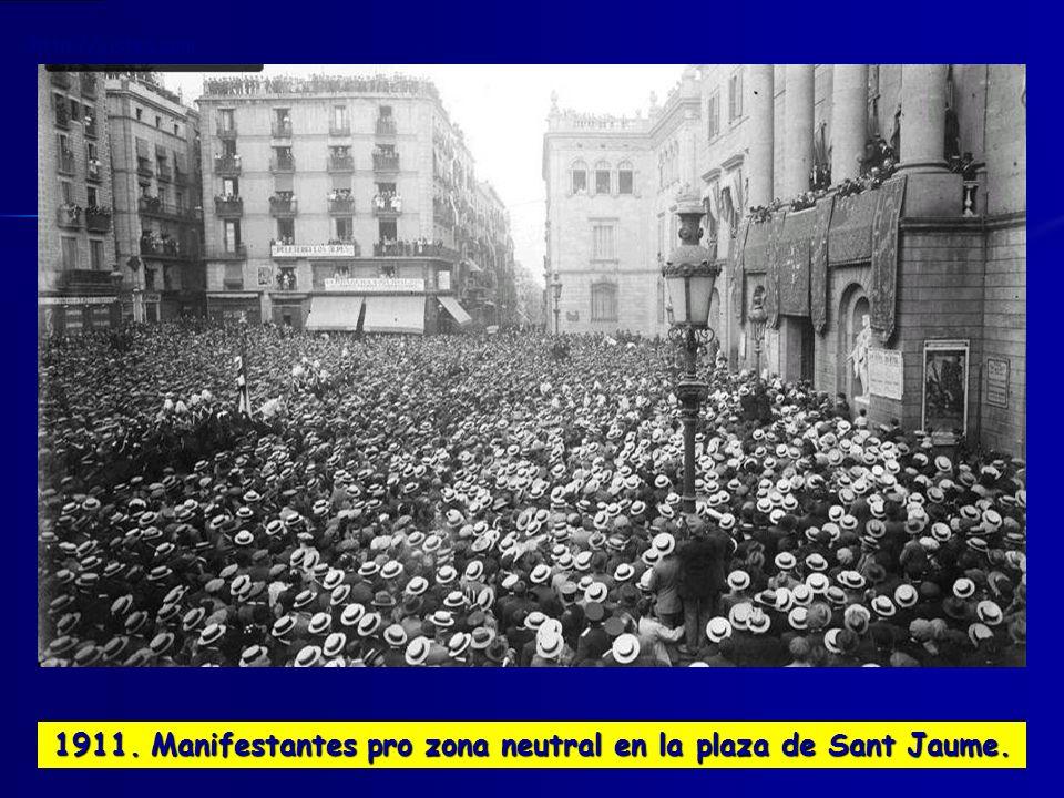 1911. Manifestantes pro zona neutral en la plaza de Sant Jaume.