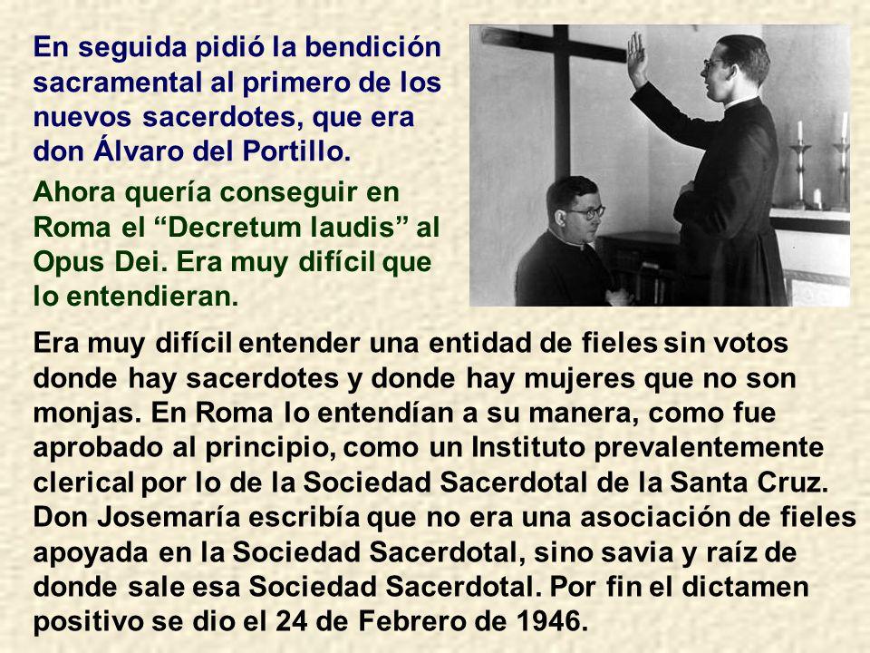 En seguida pidió la bendición sacramental al primero de los nuevos sacerdotes, que era don Álvaro del Portillo.