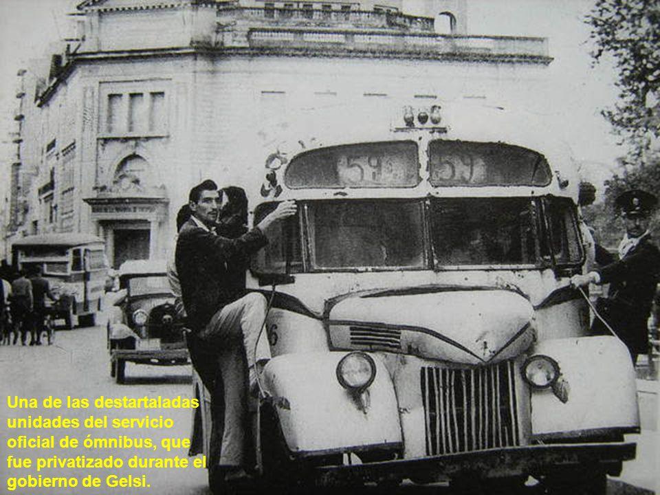 Una de las destartaladas unidades del servicio oficial de ómnibus, que fue privatizado durante el gobierno de Gelsi.