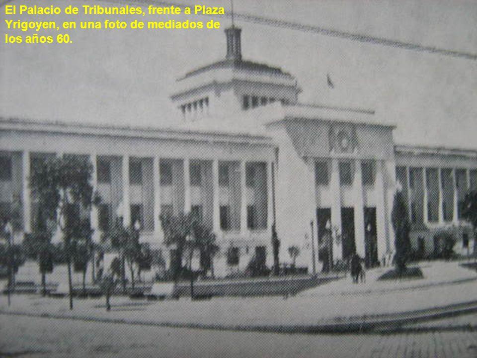 El Palacio de Tribunales, frente a Plaza Yrigoyen, en una foto de mediados de los años 60.