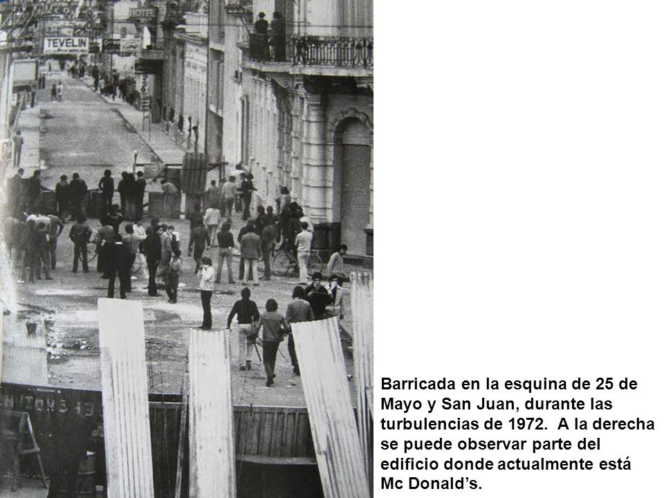 Barricada en la esquina de 25 de Mayo y San Juan, durante las turbulencias de 1972.