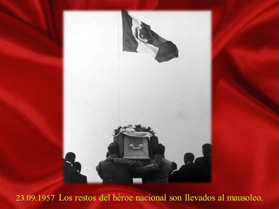 23.09.1957 Los restos del héroe nacional son llevados al mausoleo.