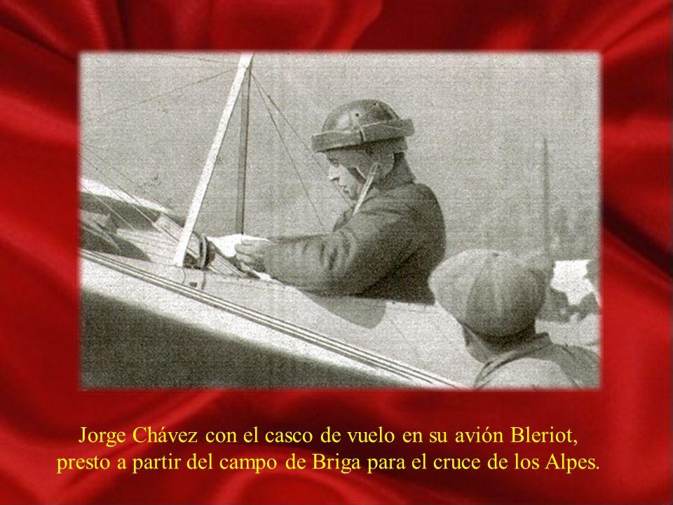 Jorge Chávez con el casco de vuelo en su avión Bleriot,