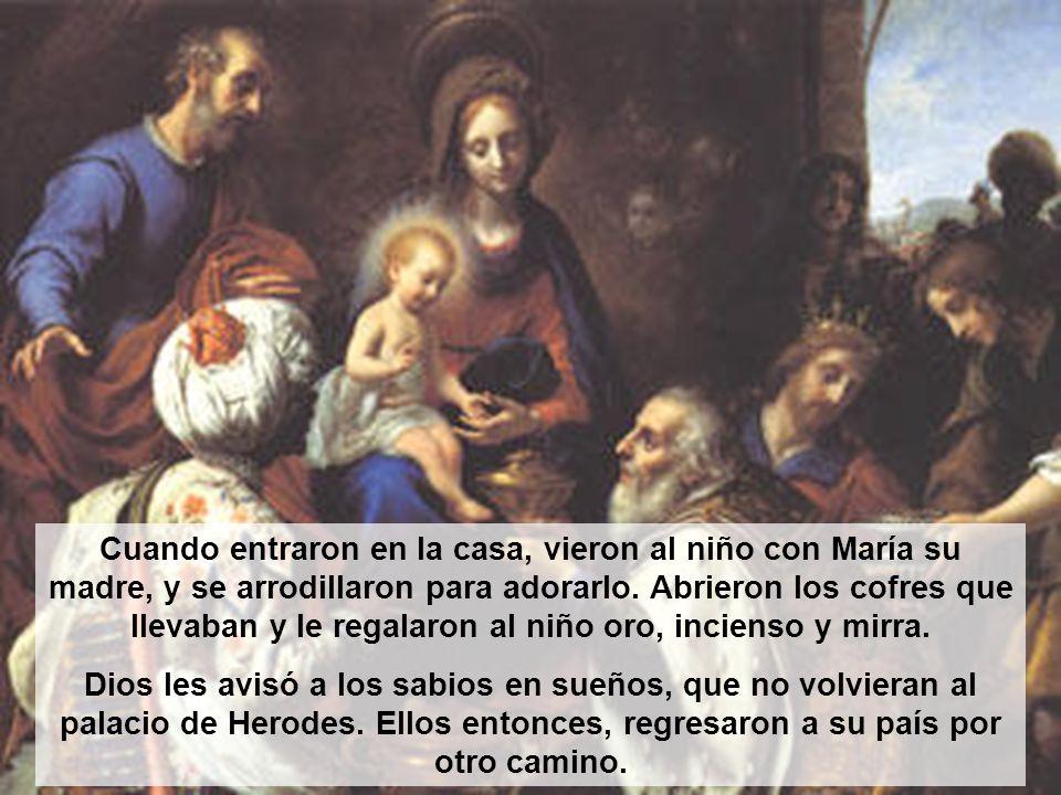 Cuando entraron en la casa, vieron al niño con María su madre, y se arrodillaron para adorarlo. Abrieron los cofres que llevaban y le regalaron al niño oro, incienso y mirra.