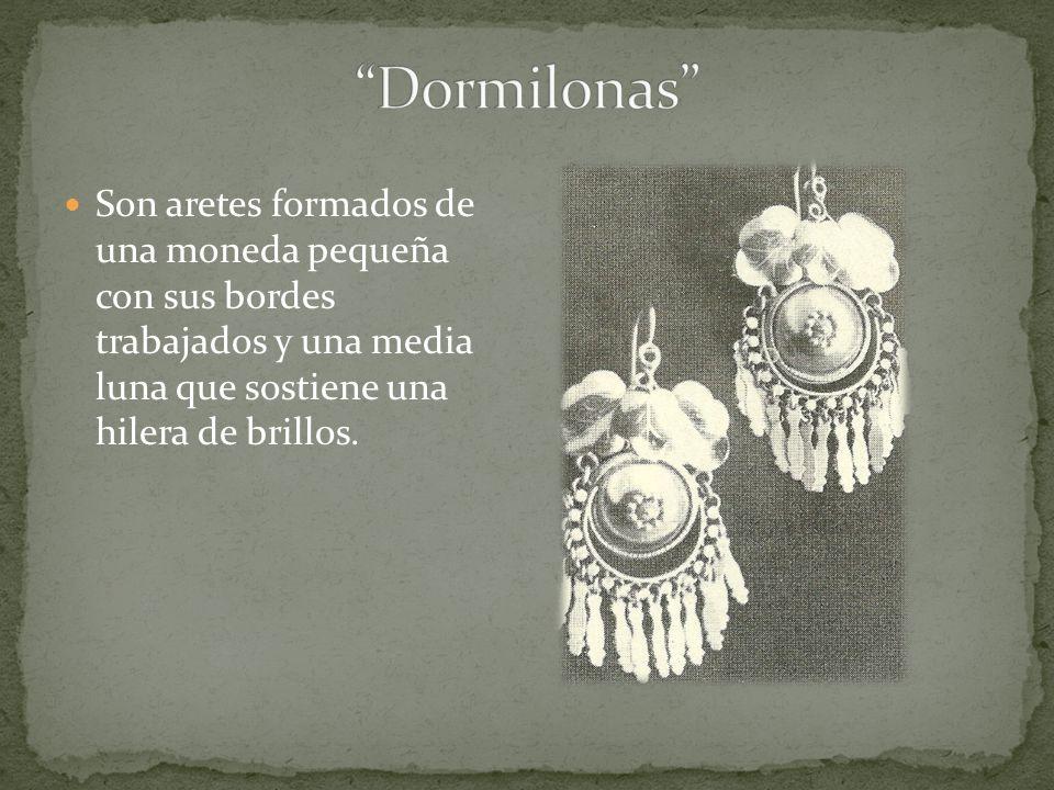 Dormilonas Son aretes formados de una moneda pequeña con sus bordes trabajados y una media luna que sostiene una hilera de brillos.