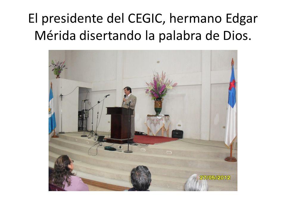 El presidente del CEGIC, hermano Edgar Mérida disertando la palabra de Dios.