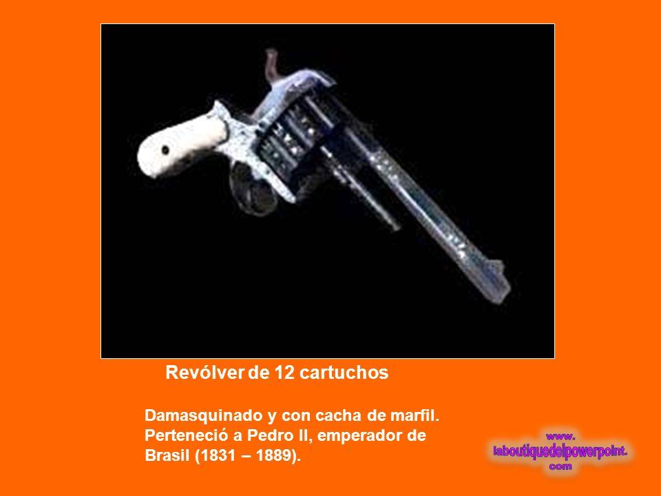 Revólver de 12 cartuchos Damasquinado y con cacha de marfil.