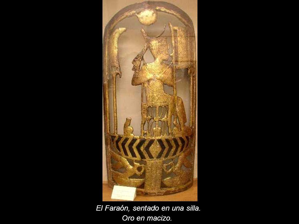 El Faraón, sentado en una silla. Oro en macizo.