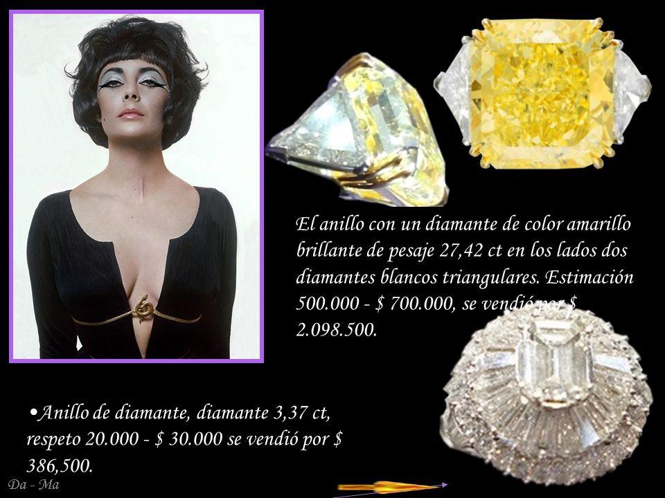 El anillo con un diamante de color amarillo brillante de pesaje 27,42 ct en los lados dos diamantes blancos triangulares. Estimación 500.000 - $ 700.000, se vendió por $ 2.098.500.