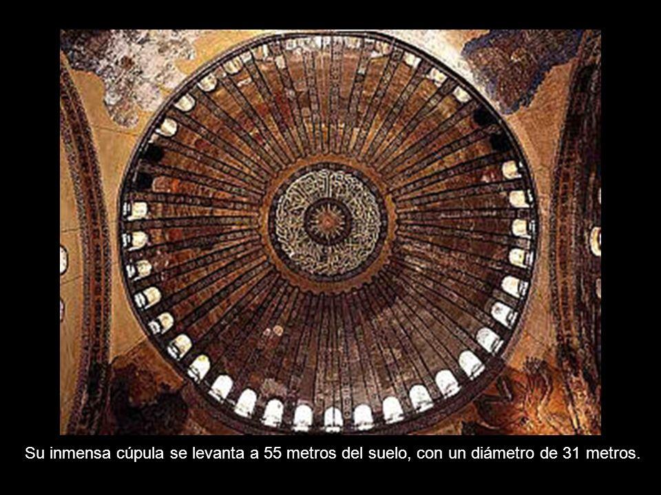 Su inmensa cúpula se levanta a 55 metros del suelo, con un diámetro de 31 metros.