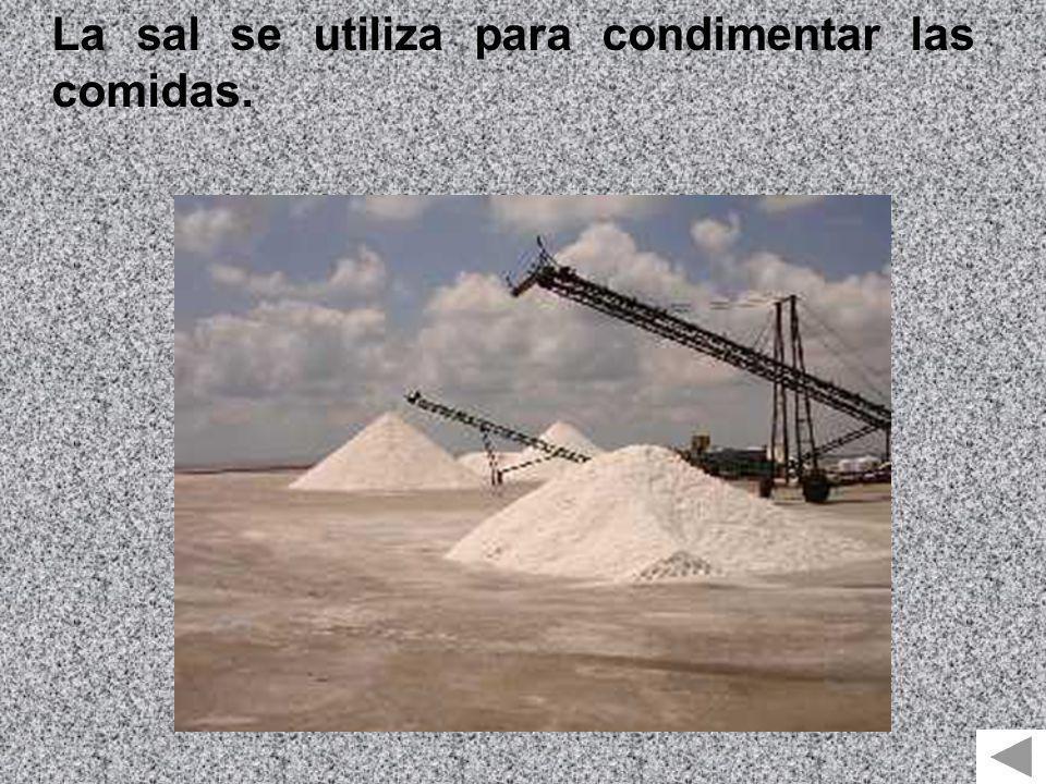 La sal se utiliza para condimentar las comidas.