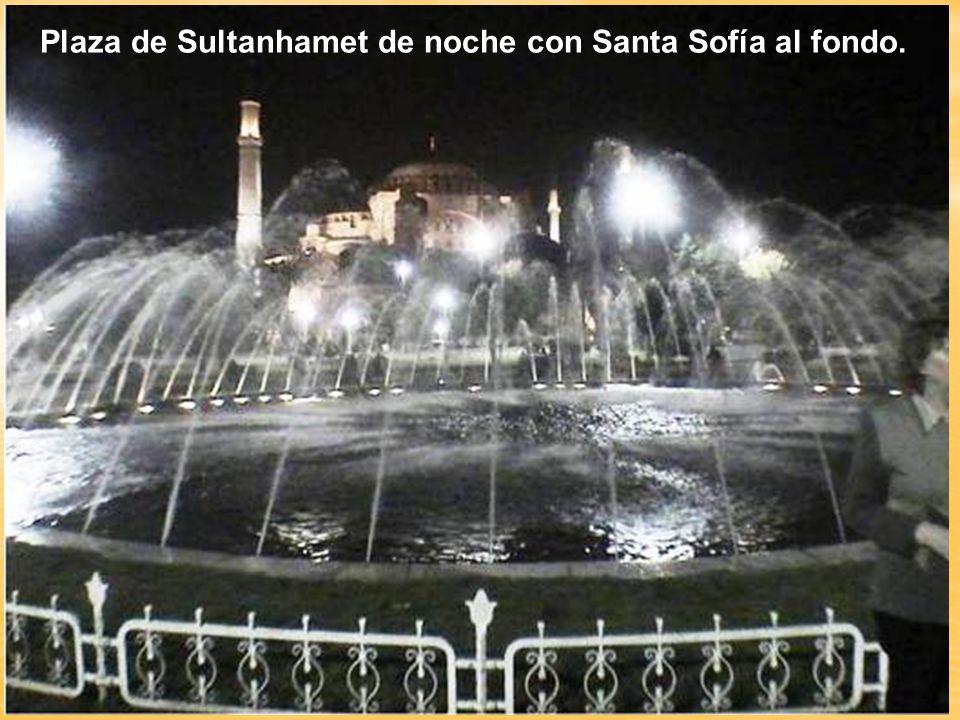 Plaza de Sultanhamet de noche con Santa Sofía al fondo.
