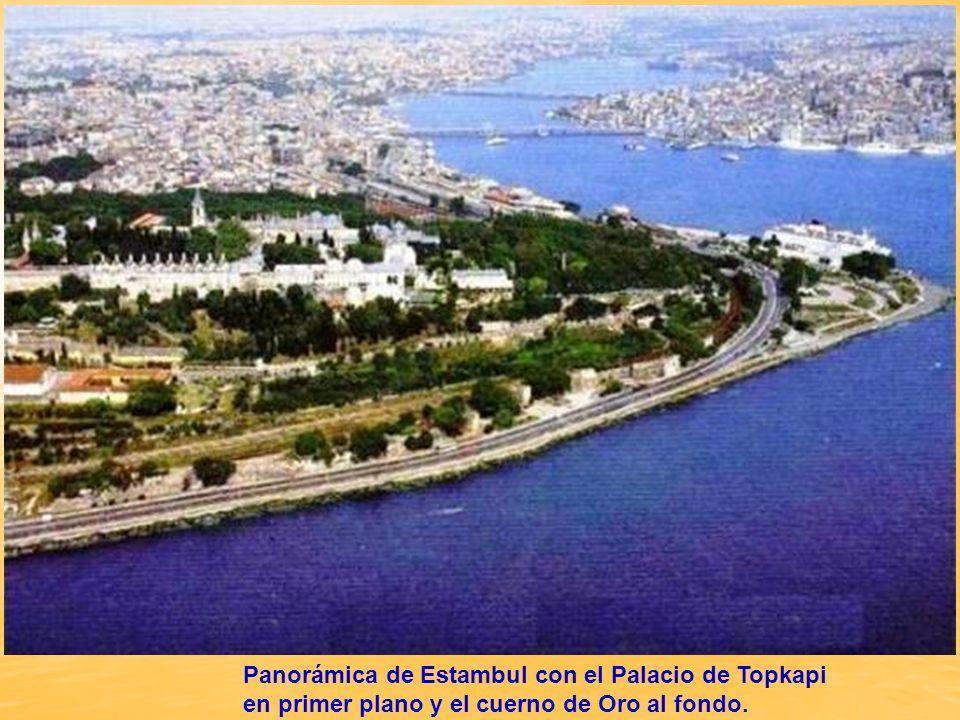 Panorámica de Estambul con el Palacio de Topkapi en primer plano y el cuerno de Oro al fondo.
