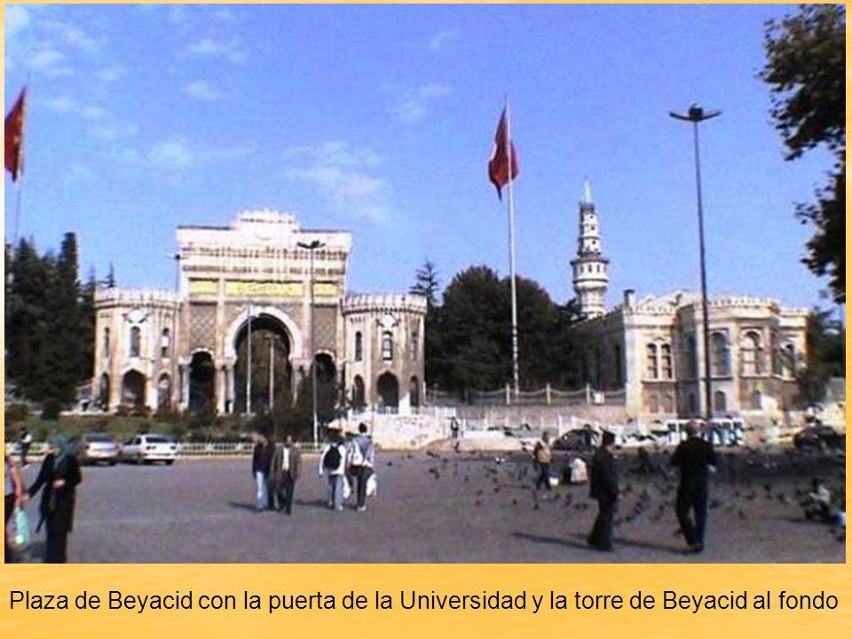 Plaza de Beyacid con la puerta de la Universidad y la torre de Beyacid al fondo