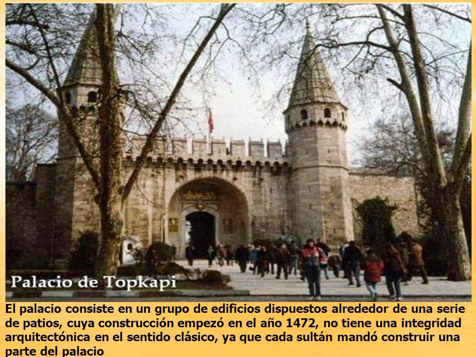 El palacio consiste en un grupo de edificios dispuestos alrededor de una serie de patios, cuya construcción empezó en el año 1472, no tiene una integridad arquitectónica en el sentido clásico, ya que cada sultán mandó construir una parte del palacio