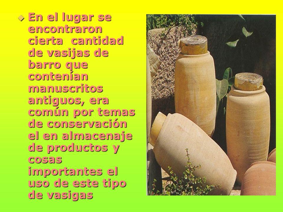 En el lugar se encontraron cierta cantidad de vasijas de barro que contenían manuscritos antiguos, era común por temas de conservación el en almacenaje de productos y cosas importantes el uso de este tipo de vasigas