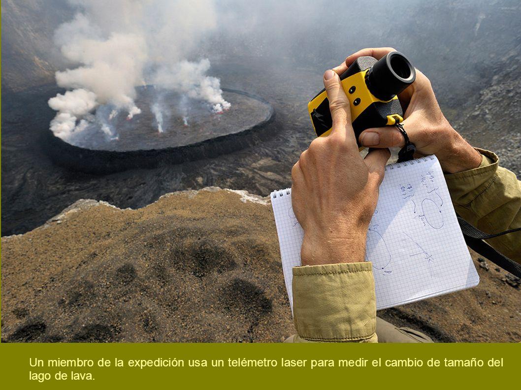 Un miembro de la expedición usa un telémetro laser para medir el cambio de tamaño del lago de lava.