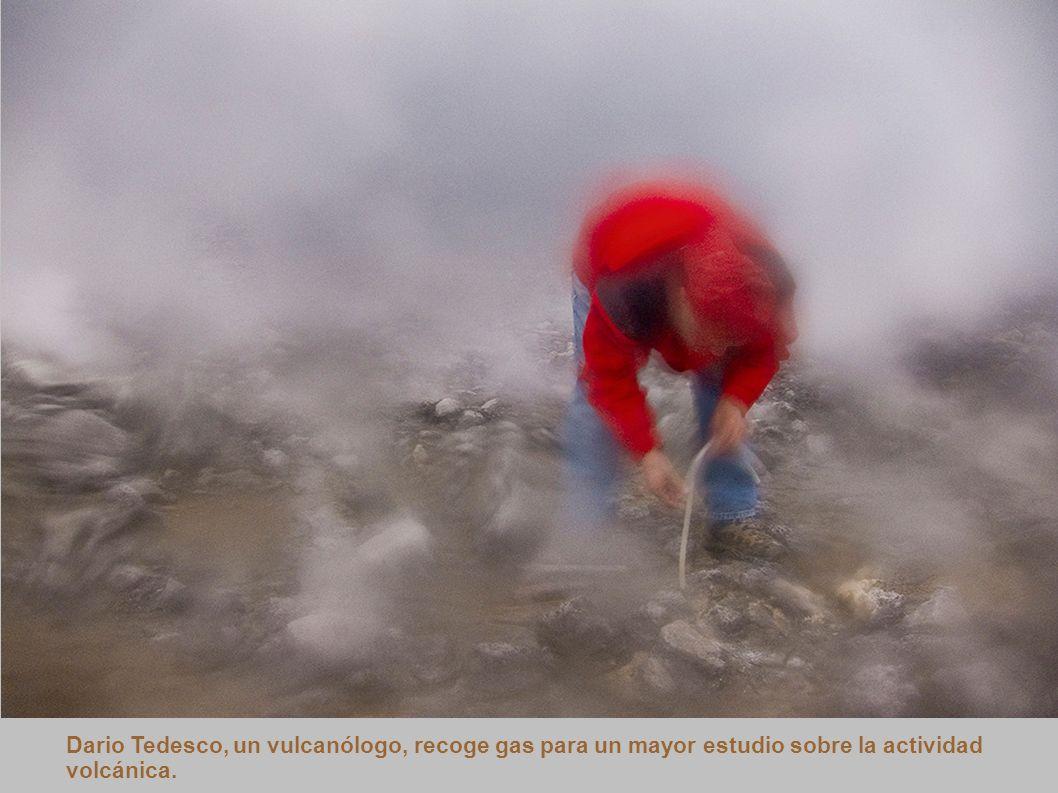 Dario Tedesco, un vulcanólogo, recoge gas para un mayor estudio sobre la actividad