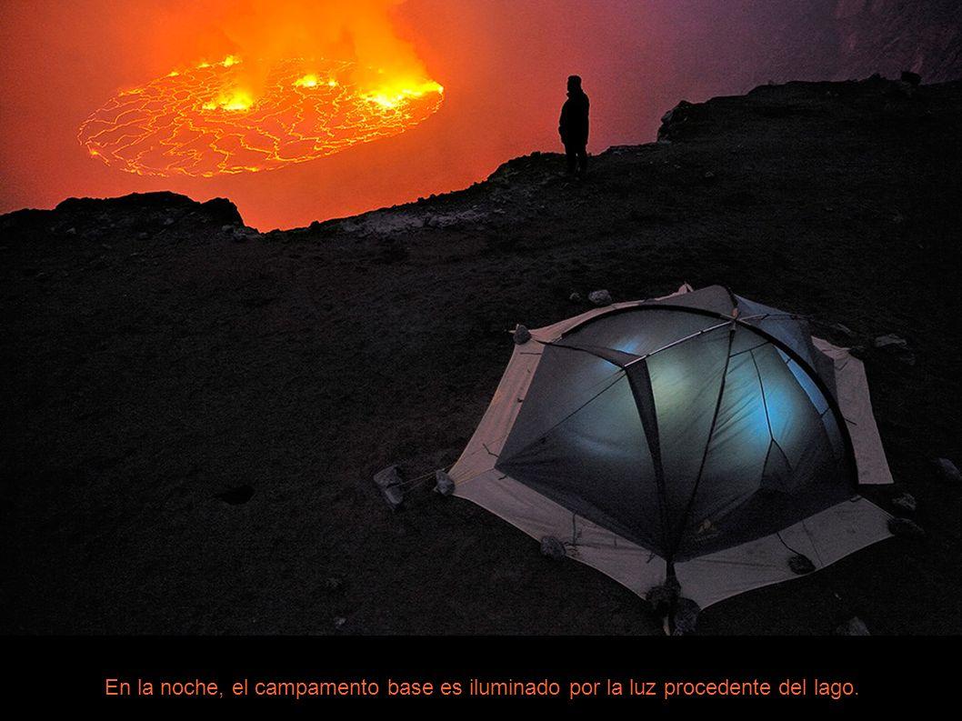 En la noche, el campamento base es iluminado por la luz procedente del lago.