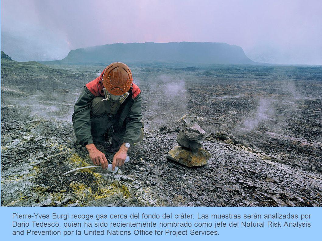 Pierre-Yves Burgi recoge gas cerca del fondo del cráter