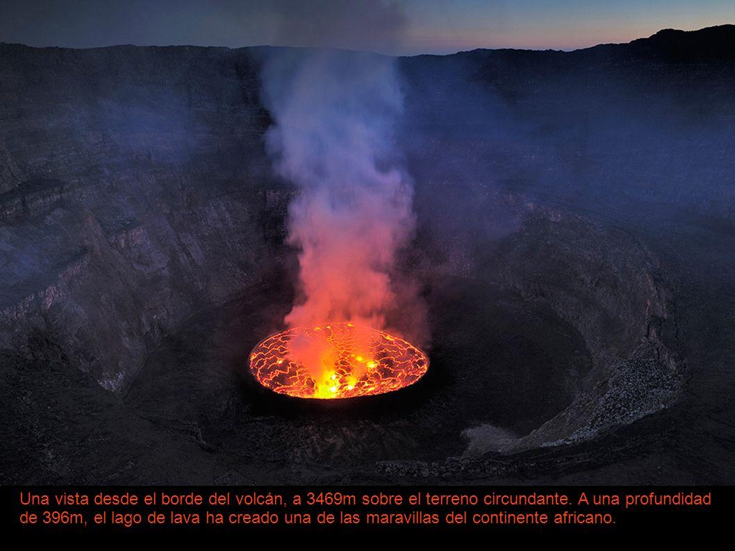 Una vista desde el borde del volcán, a 3469m sobre el terreno circundante.