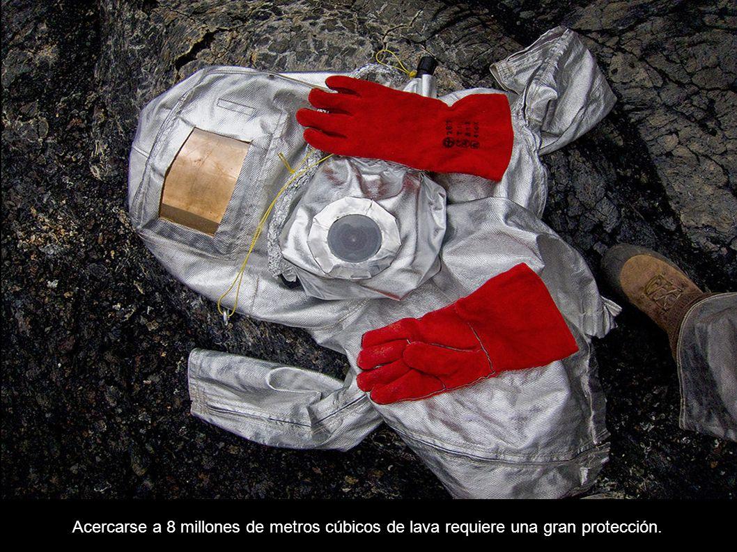 Acercarse a 8 millones de metros cúbicos de lava requiere una gran protección.