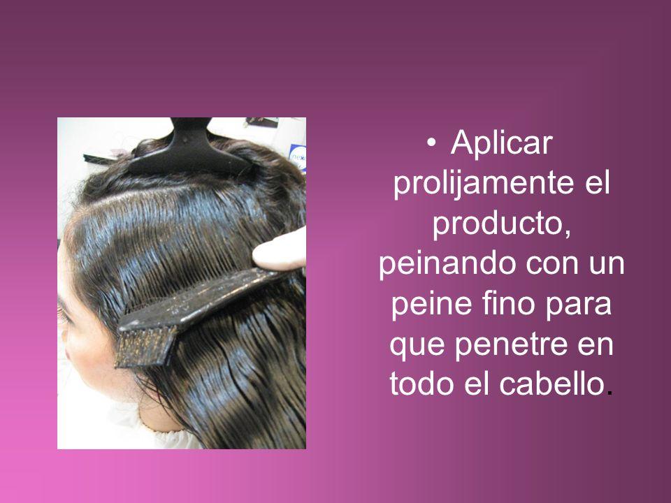 Aplicar prolijamente el producto, peinando con un peine fino para que penetre en todo el cabello.