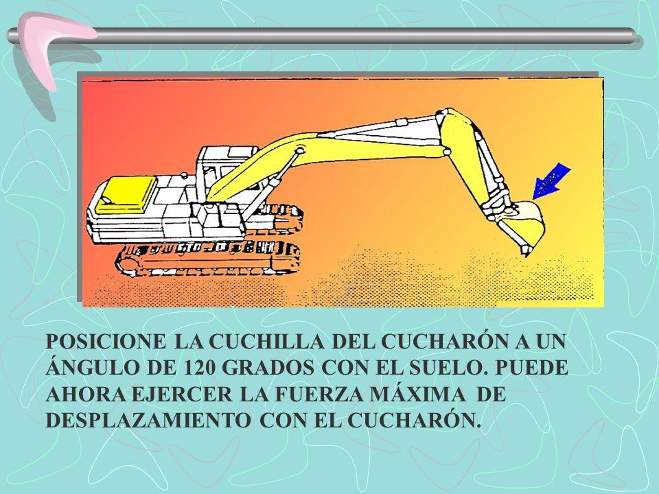 POSICIONE LA CUCHILLA DEL CUCHARÓN A UN ÁNGULO DE 120 GRADOS CON EL SUELO.