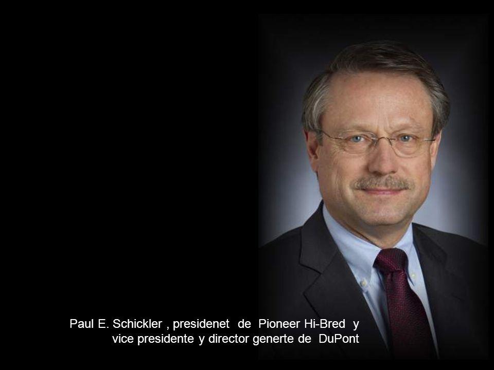 Paul E. Schickler , presidenet de Pioneer Hi-Bred y vice presidente y director generte de DuPont