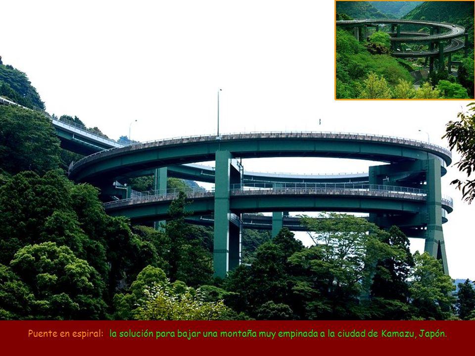 Puente en espiral: la solución para bajar una montaña muy empinada a la ciudad de Kamazu, Japón.