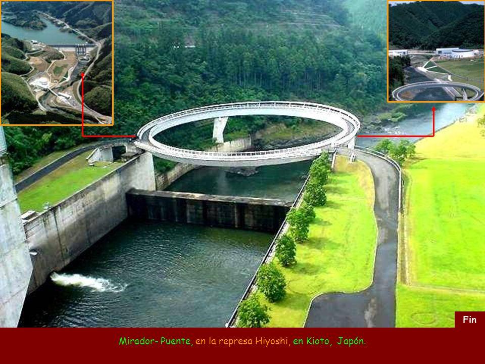 Mirador- Puente, en la represa Hiyoshi, en Kioto, Japón.