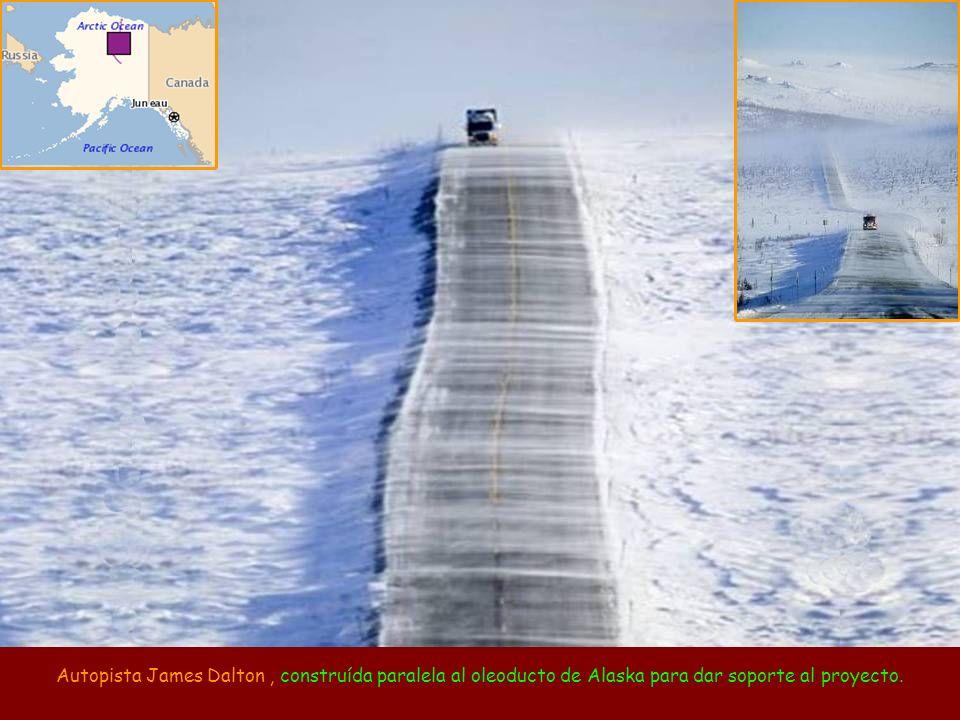 Autopista James Dalton , construída paralela al oleoducto de Alaska para dar soporte al proyecto.