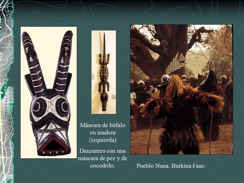 Máscara de búfalo en madera (izquierda)