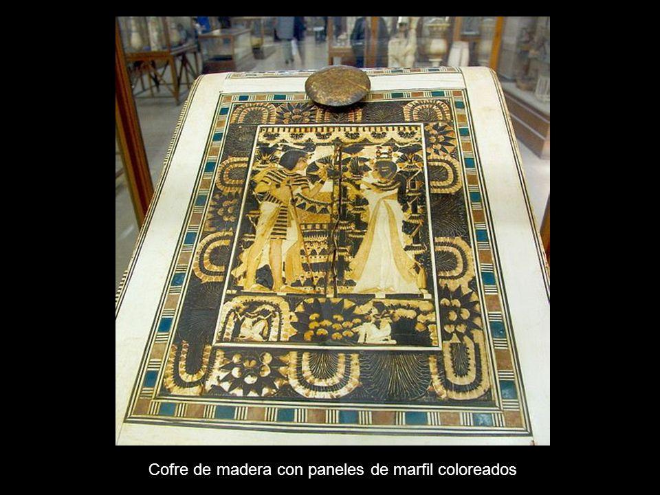 Cofre de madera con paneles de marfil coloreados