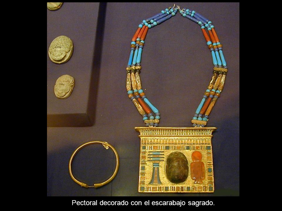 Pectoral decorado con el escarabajo sagrado.