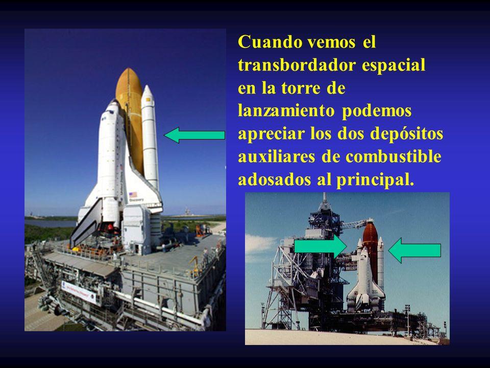 Cuando vemos el transbordador espacial en la torre de lanzamiento podemos apreciar los dos depósitos auxiliares de combustible adosados al principal.