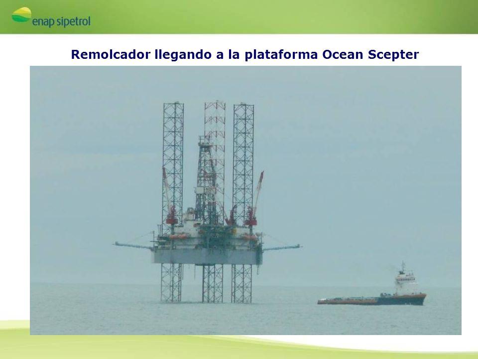 Remolcador llegando a la plataforma Ocean Scepter