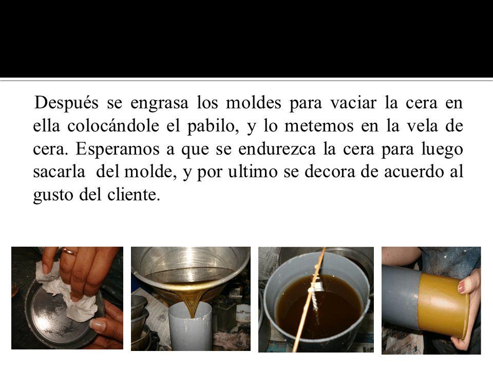 Después se engrasa los moldes para vaciar la cera en ella colocándole el pabilo, y lo metemos en la vela de cera.